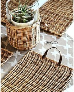 - Best ideas for decoration and makeup - Paper Basket Weaving, Willow Weaving, Newspaper Basket, Newspaper Crafts, Centerpiece Decorations, Basket Decoration, Personalized Christmas Ornaments, Diy Christmas Ornaments, Diy Cork