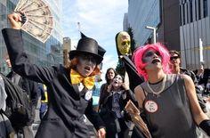 A Tokyo circa 200 attivisti contro la globalizzazione marciano in segno di protesta nei pressi della sede del Fondo Monetario Internazionale e della Banca Mondiale durante il meeting annuale.