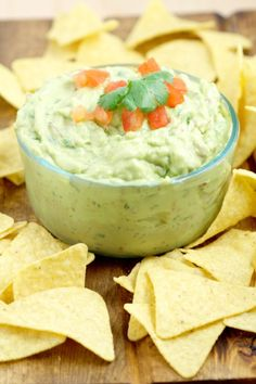 Creamy Guacamole - The perfect dip recipe for chips! Easy guacamole with extra creaminess. Great for a party or football games! Dip Recipes, Mexican Food Recipes, Snack Recipes, Cooking Recipes, Avocado Recipes, Mexican Dishes, Yummy Recipes, Free Recipes, Guacamole Recipe With Sour Cream