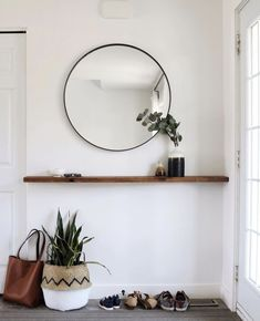 Nifty Style & Storage Ideas for Small Entryways - Besten Neu deen Hallway Ideas Entrance Narrow, Entryway Mirror, Entryway Storage, Entryway Decor, Modern Hallway, Entryway Ideas, Home Decor Catalogs, Small Entryways, Floating