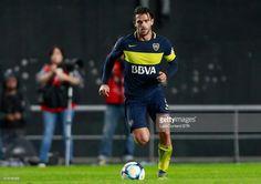 Fernando Gago of Boca Juniors drives the ball during a match between Estudiantes and Boca Juniors as part of Torneo Primera Division 2016/17 at Ciudad de La Plata Stadium on May 06, 2017 in La Plata, Argentina.