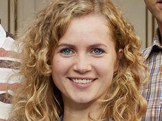 """Im TV-Dreiteiler """"Honigfrauen"""" (ZDF) spielt Cornelia Gröschel die brave, vernünftige, tiefgründige, liebenswerte und durchaus auch DDR-linientreue Catrin. Die Rolle passt wie auf den Leib geschneidert. Doch die 1987 in Dresden geborene Schauspielerin kann auch ganz anders: Von der eher hinterhältigen Seite zeigte sie sich als Volontärin in der satirischen Sitcom """"Lerchenberg""""."""
