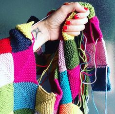 """Já poraquitínhamos falado daZélia Évora, artesã eautora do livro a""""A Terapia do Tricot"""". Mas, quisemos saber mais sobre este projeto e, esta semana, contamos com ela para nos respo… Creative Industries, Plaid Scarf, The Creator, Arts And Crafts, Design, Women, Fashion, Book, Interview"""