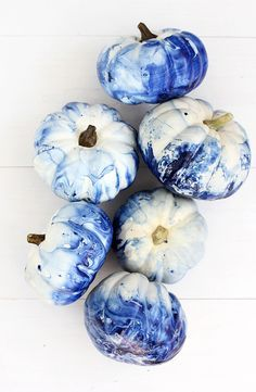We love anything indigo. So when it was time to start decorating mini white pumpkins we knew we have to make them marbled indigo pumpkins!
