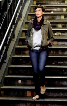 Anne Hathaway Skinny Jeans - To look even more casual on set, Anne opted for skinny jeans.