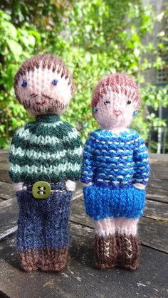 Mini poupées en laine, papa, maman, mamie et la maîtresse. : Jeux, jouets par la-fabrique-de-cadot Knitting Loom Dolls, Knitting For Kids, Easy Knitting, Knitting Yarn, Knitting Projects, Crochet Projects, Knitted Doll Patterns, Baby Hat Knitting Pattern, Knitted Dolls