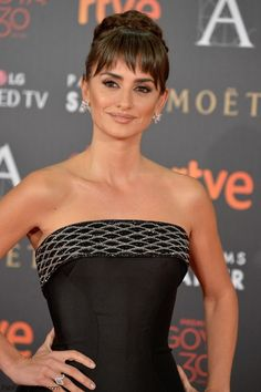 Penelope Cruz in Atelier Versace strapless gown at 2016 Goya Awards. #goya #penelopecruz