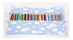 Estojinho porta lápis feito em tecido de algodão, com 16 divisórias de aproximadamente 3 cm cada, ideal para acomodar 48 lápis de cor. Para fechar é só enrolar e amarrar, uma fofura e super útil! <br>**OS LÁPIS DE COR NÃO ACOMPANHAM O ESTOJO <br> <br>ATENÇÃO: <br>*As estampas das fotos podem não estar mais disponíveis. Para ver as opções de estampa clique abaixo em: mostruário de estampas, tecidos e cores. <br>**Você pode escolher 2 estampas: uma para a parte de fora e outra para a parte de…