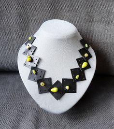 Collier noir avec différentes perles jaunes. par AnnesSierraad