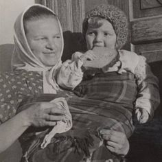 Early 20th century babywearing in Poland - Welsh shawl style common in historical European babywearing.