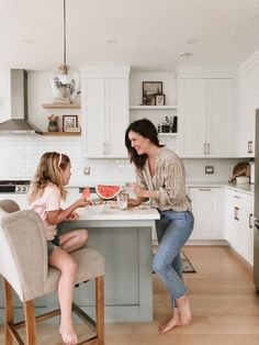 Do you hear the word dietitian and only think of diets? Think again bevause dietitians do SO much more - they helped my family revamp mealtime making it easier and way less stressful without any food restrictions! Casual Mom Style, Trendy Outfits, Picky Eaters, Modern Boho, Open Shelving, Hot Topic, New Homes, Post Ad, Dietitian
