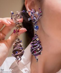 (@katerina_perez):「 If I ask you to guess who these earrings are by I am sure you will answer Wallace Chan… 」