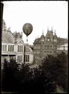 Weteringschans, 8 juli 1893 Het Paleis voor Volksvlijt aan het Frederiksplein met daarboven zwevend een luchtballon.