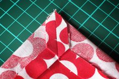 Learn to sew letter corners - Sew letter corner, iron apart seam allowance - Sewing Terms, Sewing Class, Sewing Patterns Free, Free Sewing, Sewing Hacks, Sewing Tutorials, Sewing Projects, Broderie Anglaise Fabric, Diy Broderie