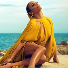 Assista a vídeos & ouça gratuitamente Jennifer Lopez. Jennifer Lynn Lopez, ou simplesmente Jennifer Lopez e carinhosamente chamada de J.Lo, nasceu no dia 24 de Julho de 1969, em Nova York, Estados Unidos. É Atriz, Cantora, Compositora, Produtora Musical, Dançarina, Estilista e Produtora de Televisão. Já vendeu mais de 28 milhões de álbuns, 51 milhões de singles digitais e vencedora de inúmeros prêmios. É a artista hispânica mais influente da américa de acordo com a lista dos 100 Hispâ...