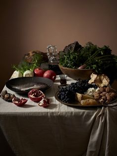 Alla stessa tavola, due eterni protagonisti della storia: ricchezza e povertà si fronteggiano attraverso il cibo. Alta pasticceria francese e pane integrale. Porcellane e ciotole di latta. Emmental svizzero amato da Kim Jong Un, contrapposto a una ciotola di porridge. Così, il fo