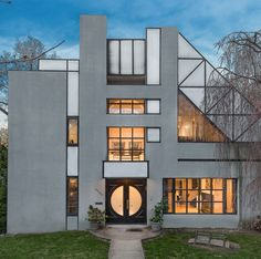 In the sea of brick-clad buildings that make up the Fieldston Landmarked Historic District of the Bronx, just 20 minutes from midtown Manhattan, this postmodern house stands out.
