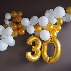 Arches de ballons à retrouver sur www.rosecaramelle.fr pour une fête d'anniversaire en doré et blanc. #deco #anniversaire #birthday #fete #event #party #partystyling #decoration #goldandwhiteparty #goldparty #fetedore #dore #decodoré #ballons