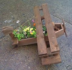 This planter actually made as the caricature of a flying machine is just made with the intent to make it look fabulous while lying in your garden or patio. We can see that the roughest shipping pallets are used here in recycling this beautiful pallet wood planter.
