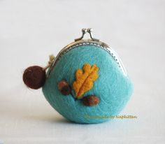 Handmade Wool Coin Purse with acorns. Love it!  If I could only get my patterns to fit those darn frames properly.
