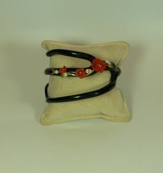 Arte e Preziosi - Elenco Articoli. Bracciale  realizzato con ramo di corallo nero con decorazioni in oro, corallo rosso e perle. pezzo unico interamente decorato a mano.