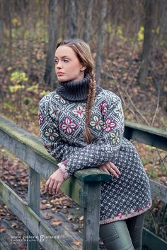 Rosegenser from my book VAKKER STRIKK til alle årstider Design: Sidsel J. Høivik Photo: Anne Helene Gjelstad Model: Emma Karlsson