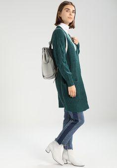 ¡Consigue este tipo de chaqueta de punto de Object ahora! Haz clic para ver los detalles. Envíos gratis a toda España. Object OBJLOVE NINA  Chaqueta de punto deep teal: Object OBJLOVE NINA  Chaqueta de punto deep teal Ropa     Material exterior: 50% poliacrílico, 40% algodón, 10% poliéster   Ropa ¡Haz tu pedido   y disfruta de gastos de enví-o gratuitos! (chaqueta de punto, rebeca, rebecas, rebequitas, twin set, lana, wool-blend, tweed, knit, cárdigan, cardigan, strickjacke, chamarra...