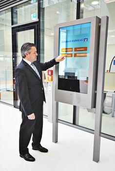 Transparente Stele im Neubau der Volksbank Krefeld