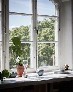 Fönstrens främsta uppgift är att släppa in ljus, men de är också utmärkta ytor att styla. Växter, prydnadsdetaljer, tyger eller något helt annat – bara fantasin sätter gränsen för vad...