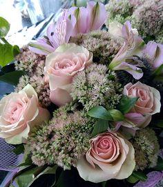 Jedan buket od ruža pastelnih boja.