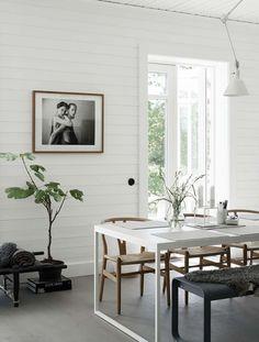 Этот теплый дом стилиста Pella Hedeby находится в Швеции. Дом оформлен в минималистском стиле с северными дизайнерскими нотками, с уютным текстилем, аксессуарами и произведениями искусства, складывающимися в привлекательную уютную композицию. Здесь каждая деталь и каждая мелочь вносит свой вклад в создание теплого и комфортного интерьера.[Фото: Kristofer Johnsson]При подготовке публикации были использованы материалы gravityhomeblog.com