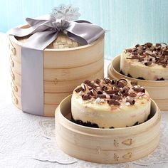 Use an inexpensive vegetable steamer (available in most Asian food shops) to gift a cheesecake (recipe for Peppermint Cheesecake included)