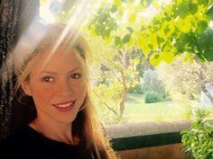Ostentando beleza, Shakira compartilha nova selfie em suas redes sociais