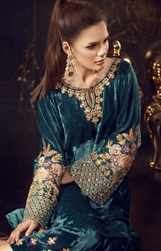 Velvet dress is cozy winter look that can get warmness with modern style. Velvet Pakistani Dress, Pakistani Formal Dresses, Pakistani Couture, Pakistani Dress Design, Pakistani Outfits, Indian Dresses, Indian Outfits, Velvet Dress Designs, Velvet Suit