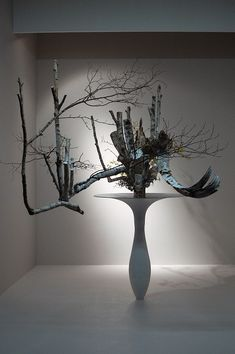 生け花 (Ikebana) Dramatic design, but love it! Pinned by Ikebana Beautiful | http://ikebanabeautiful.com/