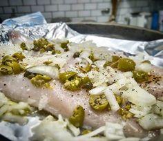 Hay formas y formas de comer pescado. Una de las técnicas de cocción más fáciles y cómodas para mantener los jugos del pescado es al Papillote, que viene a ser envuelto en papel aluminio y cocido al horno.  En este caso tengo un par de filets de corvina que puse sobre el papel aluminio con un