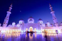 世界には多くのイスラム教の礼拝堂、モスクがあります。独特な建築の美しさから観光スポットとしても注目を集めているモスク。今回はその中でも特に一生に一度は行ってみたい美しいモスクを紹介します。