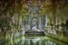 La romantique fontaine Médicis dans le jardin du Luxembourg