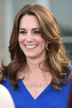 Beautiful Catherine the duchess of Cambridge kate Middleton stuns in royal blue gown for sports aid's anniversary at Kensington palace. Princess Kate, Princess Charlotte, Princesa Kate Middleton, Looks Kate Middleton, Kate Middleton Photos, Pippa Middleton, Duchesse Kate, Eugenie Of York, Prince William And Catherine