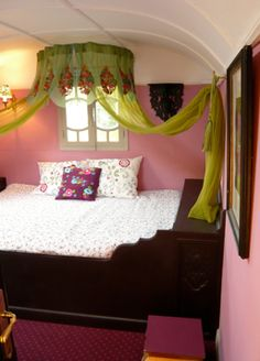 valance above bed Gypsy Trailer, Gypsy Caravan, Gypsy Wagon Interior, Retro Rv, Interior Decorating, Interior Design, Decorating Ideas, Small Tiny House, Gypsy Living