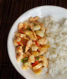 กุ้งผัดพริกขี้หนูสวน Thai Dishes, Dessert Recipes, Desserts, Thai Recipes, Shrimp, Foods, Meat, Food Food, Beef
