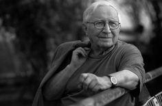 Tadeusz Różewicz ur. 9.10.1921 - zmarł 24.04.2014 :((((                                             Jak dobrze Mogę zbierać                                 jagody w lesie  myślałem  nie ma lasu i jagód.   Jak dobrze Mogę leżeć  w cieniu drzewa  myślałem drzewa  już nie dają cienia.   Jak dobrze Jestem z tobą  tak mi serce bije  myślałem człowiek  nie ma serca.