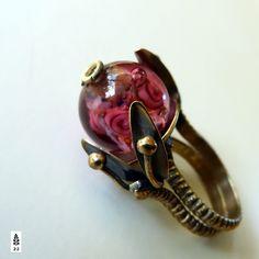 Růže ve skle. Romantický mosazný prsten. V rostlinném motivu s vinutkou, která v sobě skrývá sklem malované růže. Toto dílko mě připadá jako práce starých benátských mistrů, ale vytvořila ho naše aleale . Vel. prstenu je č 16,5 až 17. Jde doladit jemným přitlačením pod hlavičkou prstenu.  Tombak je lepší mosaz. Moje doporučení, aby Vám šperky...
