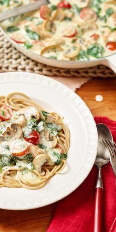 Diese tollen Spinat-Spaghetti sind mit saftigem Putenfleisch und cremiger Sauce ein wunderbares Familienessen.