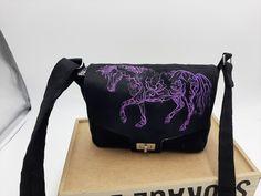 Sac Menuet noir à broderie violette cousu par Christine - Patron Sacôtin