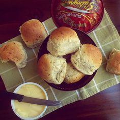 Bom dia e boa semana pra todos nós!  (a receita desse pãozinho está há alguns posts atrás)  #bomdia #boasemana #segundona #bomdjia #cafédamanhã #queijopalmyra #pãodeleite #feitoemcasa #manteiga #pãofofinho