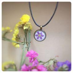 Ketten kurz - zartes Kettchen mit echter Vergissmeinnicht Blüte - ein Designerstück von Kiezelfen bei DaWanda