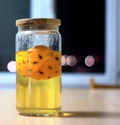 Découvrez la liqueur 44, un alcool à base de lambig et d'orange avec 44 grains de café et 44 morceaux de sucre à laisser macérer pendant 44 jours !