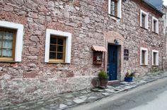 Ulica Górne Miasto w Srebrnej Górze. Jeden z budynków po dawnych koszarach wojskowych z XVIII w.