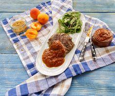 Aprikosenketchup - perfekt zum Steak: 2 rote Zwiebeln, 2 Knoblauchzehen, 1 Chilischote,  ½ TL Pfeffer, 3 TL Salz, 1 TL Senfkörner,  ½ TL gemahlene Paprika, ½ TL Zimt, ½ TL Curry, 150 Gramm brauner Zucker, 500 Gramm Aprikosen, 1 Dose geschälte Tomaten, 2 EL Worcestersauce, 1 EL Tomatenmark,  1 EL Ahornsirup.